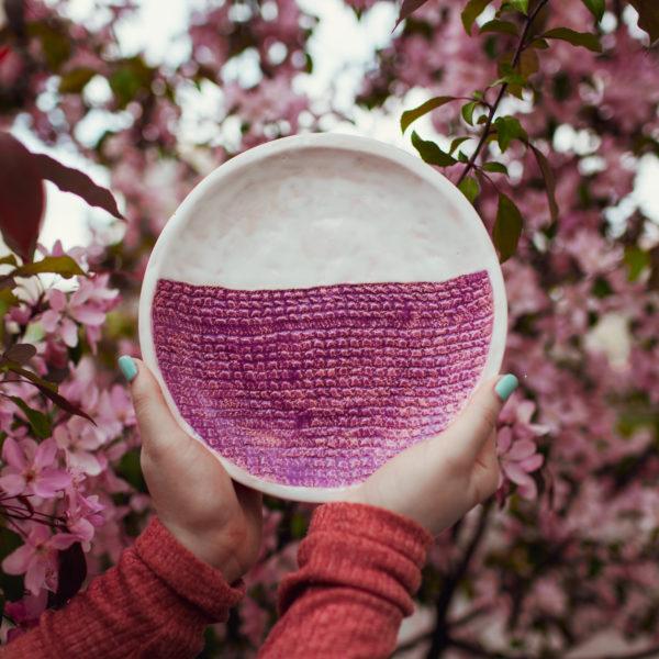 тарелка бело-розовая средняя