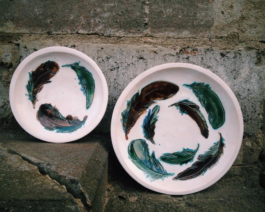 набор тарелок с перышками