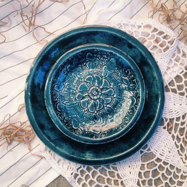 набор синих тарелок