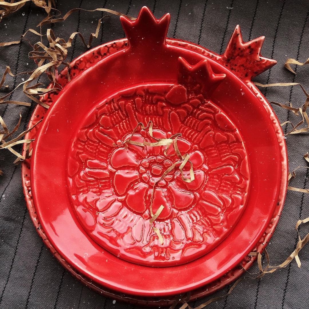 набор красных тарелок