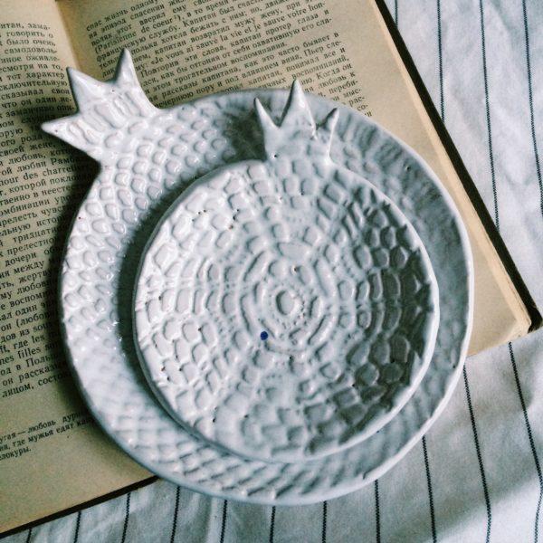 Набор белых тарелок