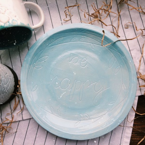"тарелка с надписью ""be happy"" средняя"